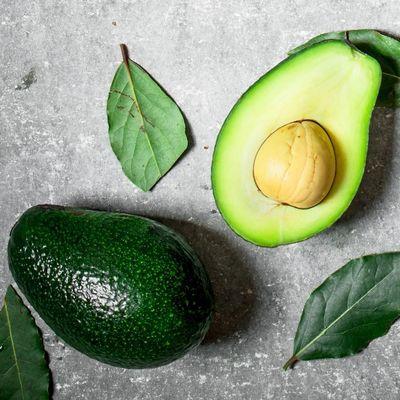 So können Sie den Avocado-Kern richtig essen.