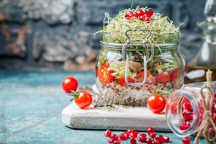 Quinoa mit Huhn und Granatapfel im Glas.