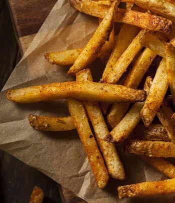 Knusprige Kartoffelstäbchen sind eine herrliche Ergänzung zu Salat.
