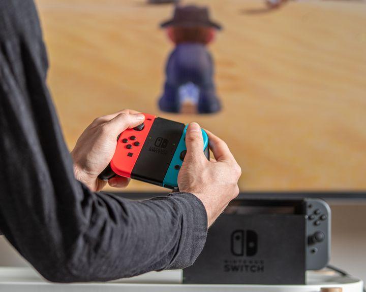 Die Nintendo Switch wird an den TV angeschlossen.
