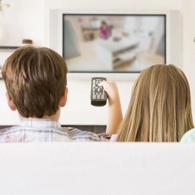 Familie sieht fern - per Satellit