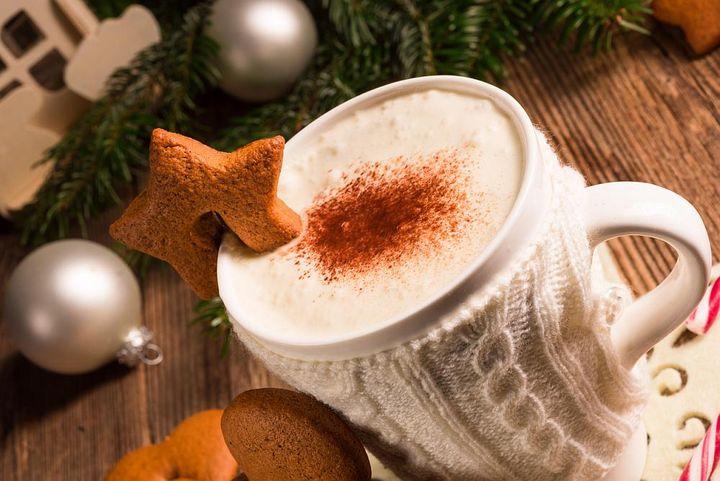 Weihnachtlicher Kaffee in einer weißen Tasse.
