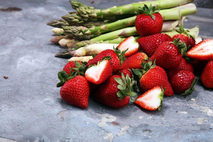 Spargel und Erdbeeren.
