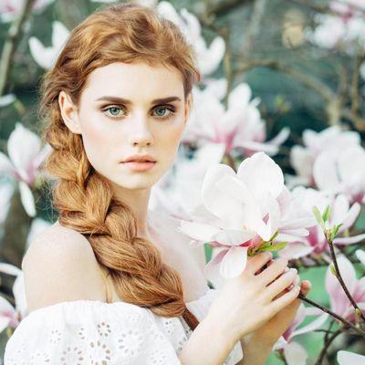 Frisurentrend im Frühling: Blüten im Haar.
