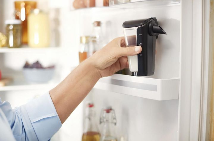 Das LatteGo-Milchsystem wird unter fließendem Wasser oder im Geschirrspüler gereinigt.