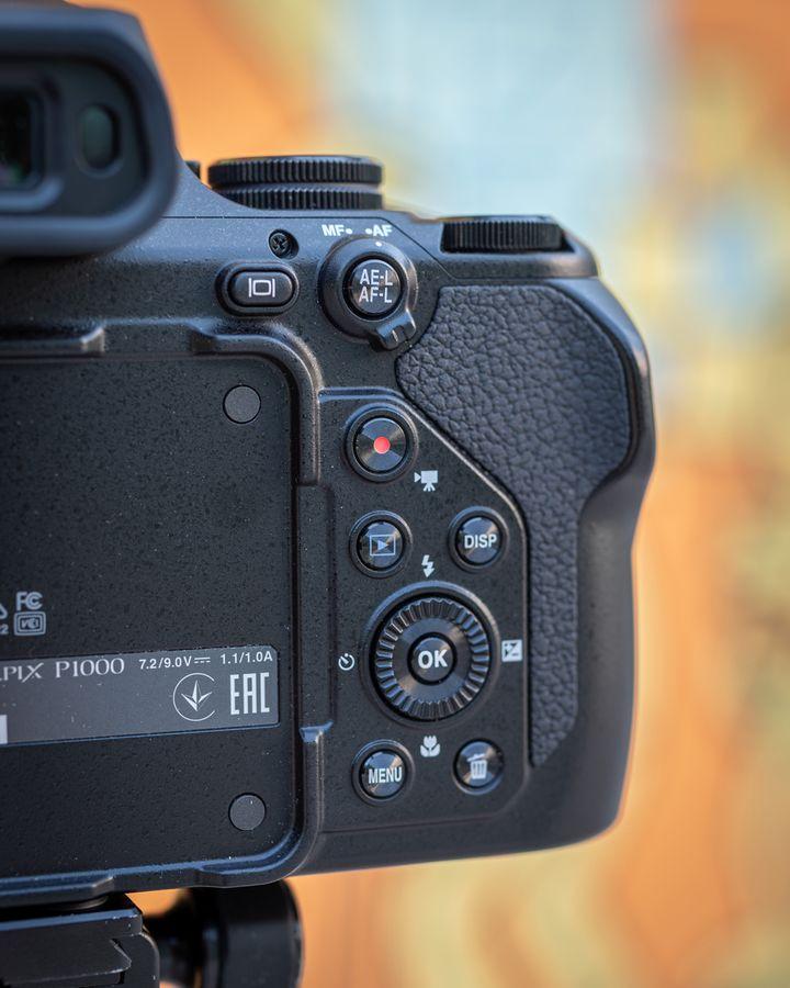 Die Überblickstaste zieht das Objekt auf Knopfdruck aus der Super-Teleobjektiv-Stellung in einen größeren Winkel zurück.