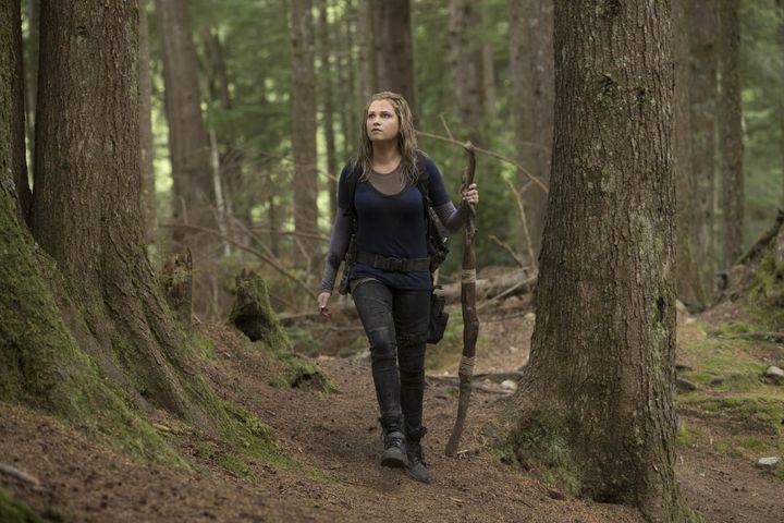 """""""The 100"""" – Staffel 5 Clarke (Eliza Taylor) hat die eine Katastrophe überlebt und ist auf der Suche nach Wasser und Nahrung. Ein Besuch in Polis, wo sie versucht mit den Überlebenden im Bunker Kontakt aufzunehmen, gestaltet sich anders als geplant. Sowohl über als auch unter der Erde beginnt ein harter Überlebenskampf für """"The 100"""" und ihre Gefährten."""