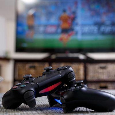 e-Sports: Fußball auf der Konsole spielen.