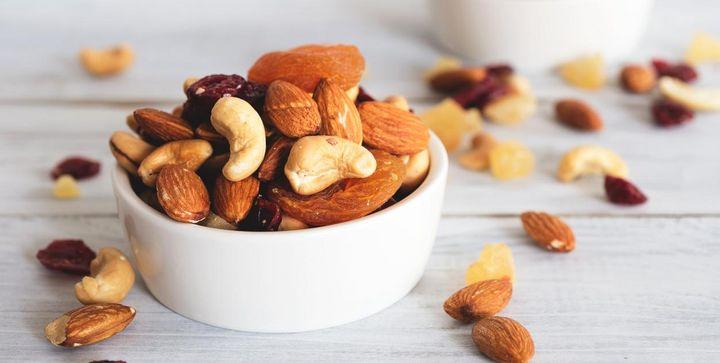 Nüsse enthalten u.a. Zink, Selen, Kalium und Phosphor, die wichtige Spurenelemente für das Gehirn sind.
