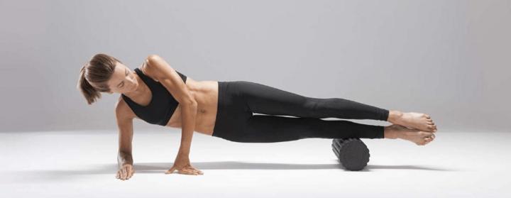 Mit eigenem Körpergewicht und Medisana Massagerolle Faszien lockern.