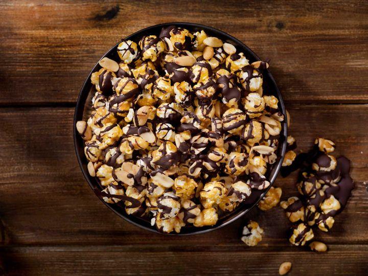 Schokolade macht sich auch auf Popcorn gut.