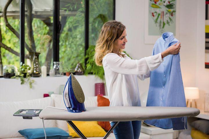 Nach dem Abschalten des Bügeleisens können mit der Restwärme Geschirr- und Taschentücher gebügelt werden.
