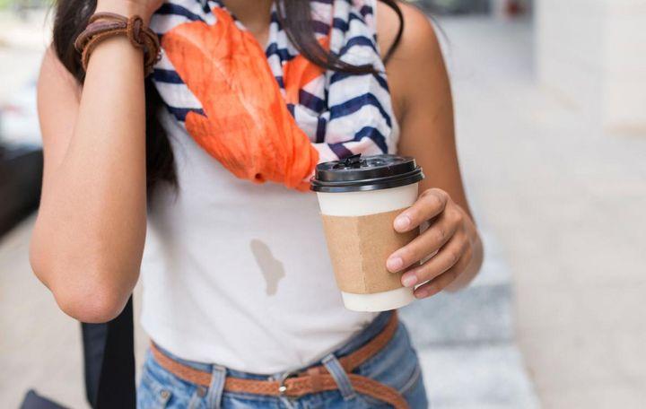 Kaffeeflecken können mit Milch schnell entfernt werden.