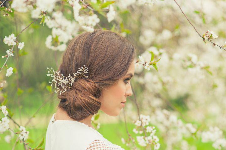 Mit frischen Blüten und Zweigen wird die Frisur frühlingstauglich.