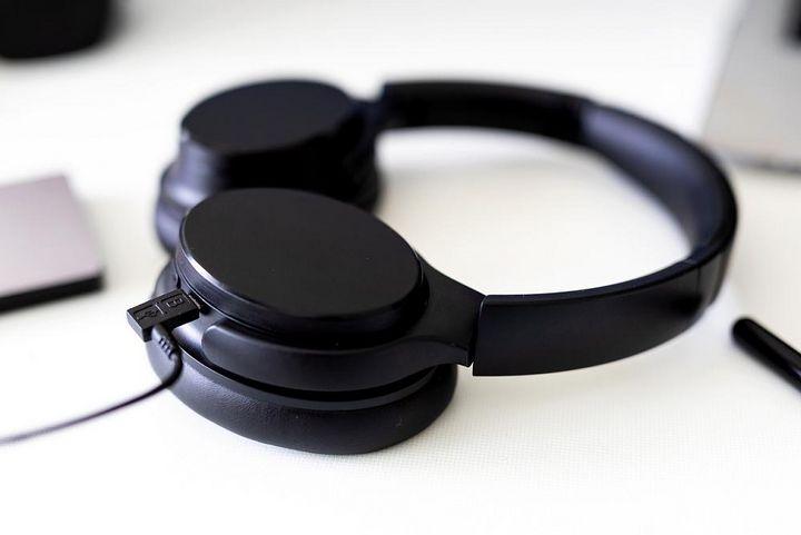 Ein Kopfhörer wird aufgeladen.