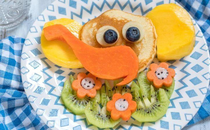 Pancakes mit Mango, Karotten, Kiwis und Heidelbeeren.