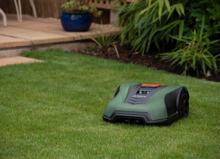 Dieser Rasenmäher lernt alle Winkel Ihres Gartens kennen.