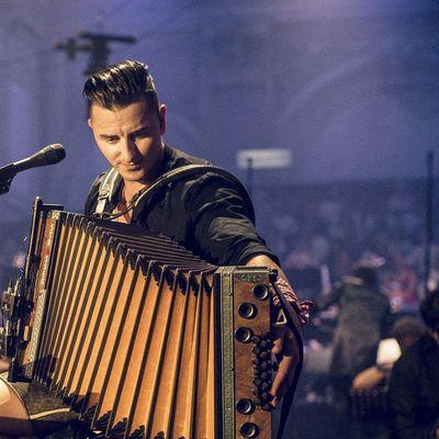 """Andreas Gabalier gibt für """"MTV Unplugged"""" seine größten Hits """"ausgesteckt"""" zum Besten."""