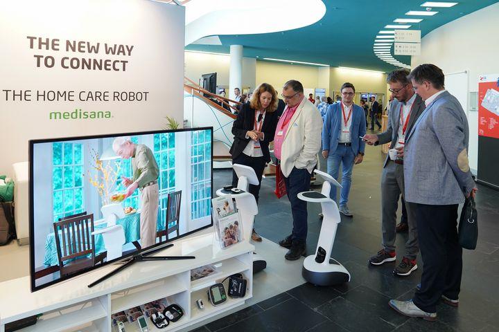 """Als vollwertigen Helfer für den Alltag präsentiert Medisana den """"Home Care Robot"""" auf der IFA 2019."""