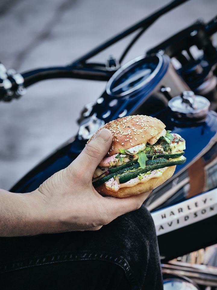 """In """"Rock am Grill – Die besten Grillrezepte der Kultband BossHoss"""" sind Rezepte für Fleischfans, Vegetarier und Veganer."""