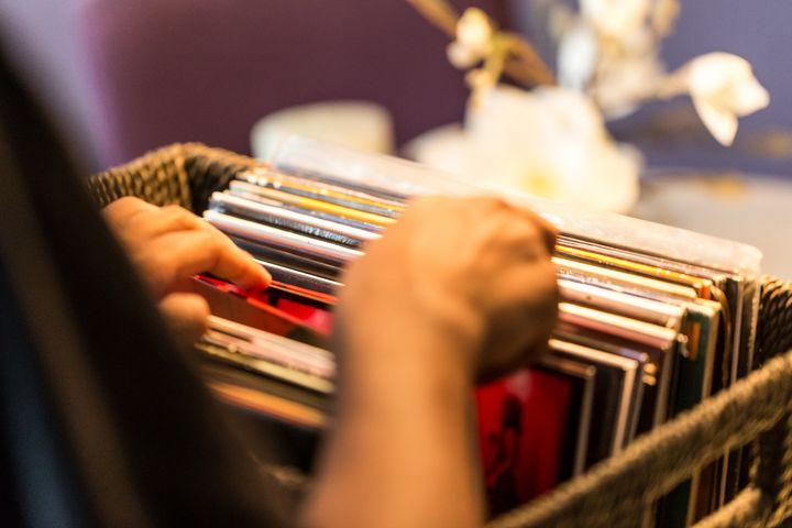 Vinyl sortiert im Regal.