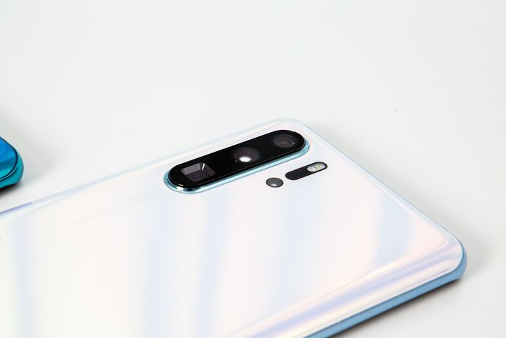 "Das Huawei ""P30 Pro"" in ""Breathing Crystal""."