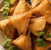 Aus Indien stammen diese kleinen Teig-Dreiecke. Sie werden mit Gemüsecurry, Reis oder Kartoffeln manchmal auch mit Faschiertem gefüllt. Um dann ein Bad im heißem Fett zu nehmen