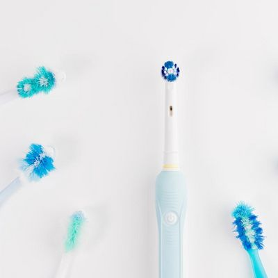Die Aufsteckbürsten elektrischer Zahnbürsten sollten mindestens vier Mal pro Jahr getauscht werden.