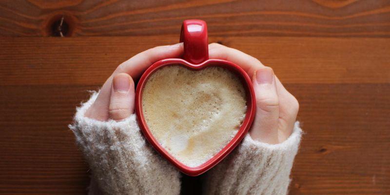 Kaffee mit Zimt und Kardamom wärmt im Winter von innen.