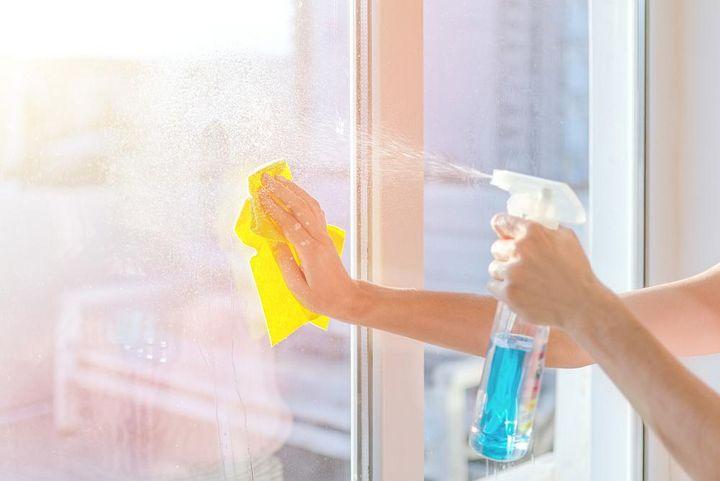 Fenster nicht putzen, wenn Sonnenstrahlen direkt auf das Fenster fallen.
