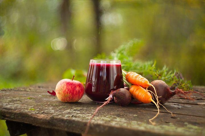 Smoothie mit roter Rübe, Karotte und Apfel.