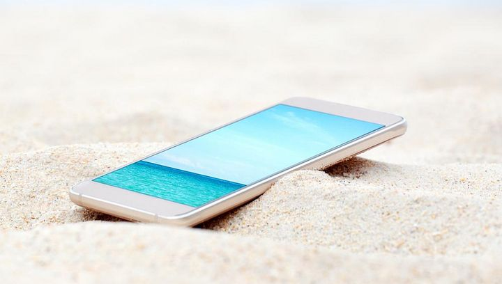 Sand kann ins Smartphone eindringen und es beschädigen.