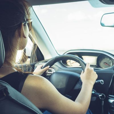 Smarte Gadgets helfen dem Fahrer die Hände auf dem Lenkrad zu lassen.