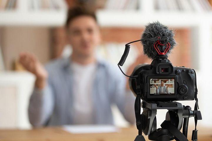 Ein gutes Mikrofon ist Bestandteil einer Vlogger-Ausrüstung.