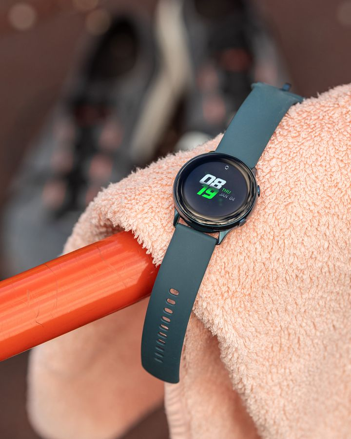 Die Uhr ist stylisch und sportlich.