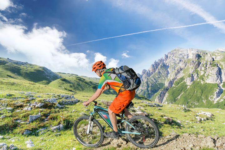 Ein Mann fährt am Berg E-Bike