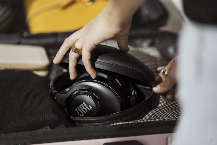 Die Kopfhörer JBL CLUB 950NC.