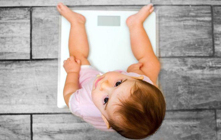 Eine elektronische Babywaage leistet nützliche Dienste, wenn man das Gewicht der lieben Kleinen dokumentieren möchte.