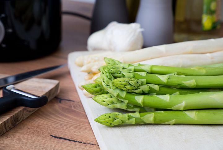 Grüner und weißer Spargel sind einfach im Dampfgarer zubereitet.