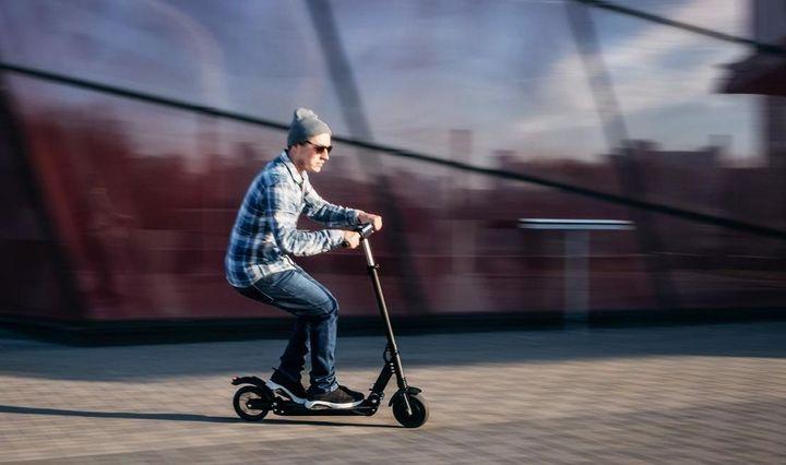 Mit einem E-Scooter kann man sich in der Stadt flink fortbewegen.