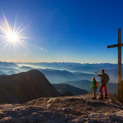 Das Gipfelkreuz ist das Ziel vieler Wanderungen.