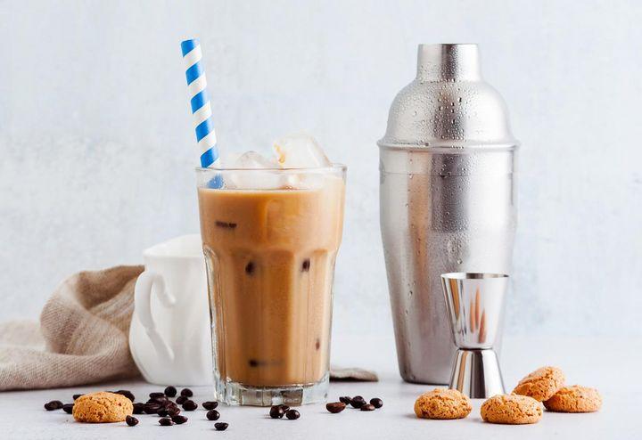 Wer will, fügt die Eissorte seiner Wahl zum Café frappé hinzu.