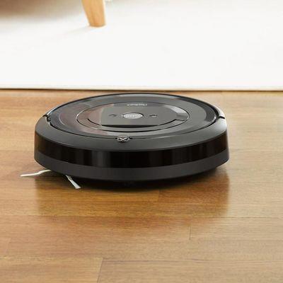 """Der smarte """"Roomba e5"""" von iRobot sorgt für ein sauberes Zuhause."""