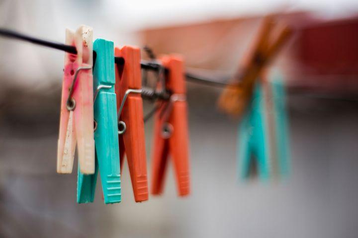 Wäscheklammern an einer Wäscheleine