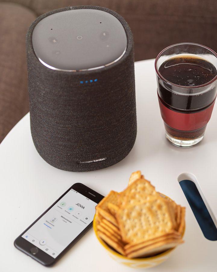 Der Lautsprecher ist modern gestaltet.