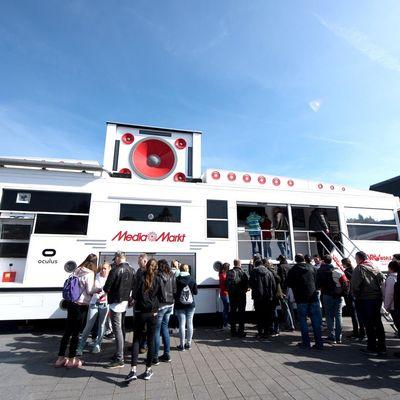 """Im """"Virtual Reality Truck"""" von MediaMarkt können Besucher die neuesten VR-Technologien live erleben und ausprobieren."""