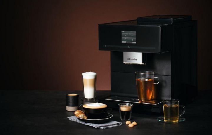 """Der """"CM7750 CoffeeSelect"""" von Miele verfügt über drei Bohnenbehälter für unterschiedliche Kaffeesorten und ein leises und aromaschonendes Kegelmahlwerk aus Edelstahl."""