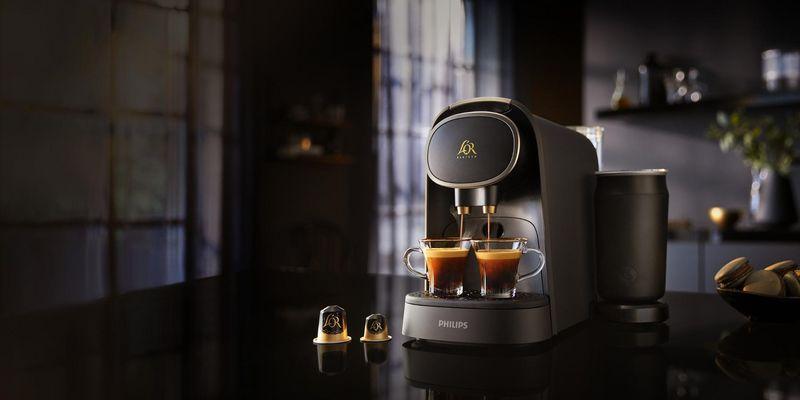"""Doppelter Espresso oder zwei Espressi gleichzeitig: Kaffeegenuss mit der Kaffeekapselmaschine """"L'Or Barista"""" von Philips (LM8018/90)."""