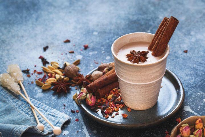 Schokoladeraspeln oder frische Vanille veredeln den Chai Latte.