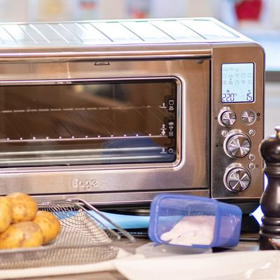 "Pommes backen im ""the Smart Oven Air Fryer"" von Sage."